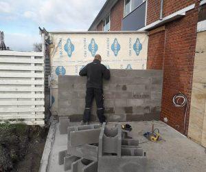 entreprenør Ringsted, Glumsø, Næstved, Sjælland, medarbejder ved at oprette en væg